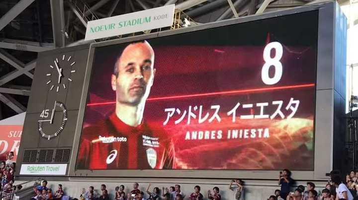 La voz del estadio anunció a Iniesta y el público explotó