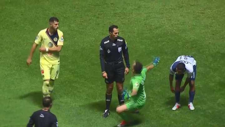 Marchesín se tiró al piso para imitar la simulación del rival