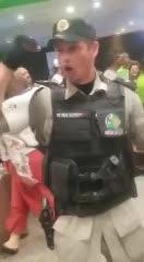 El policía que cantó con la hinchada