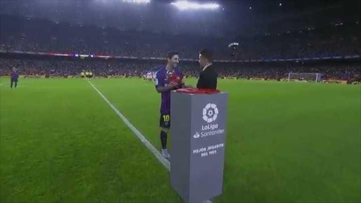 Saviola le entrega a Messi el premio al mejor del mes de Septiembre
