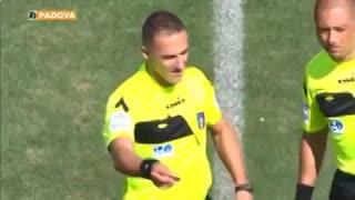 Un árbitro italiano se lesionó a los seis minutos.