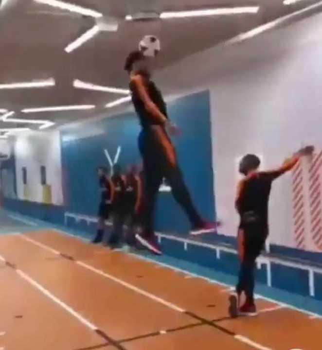 ¡Salta tres metros para cabecear!