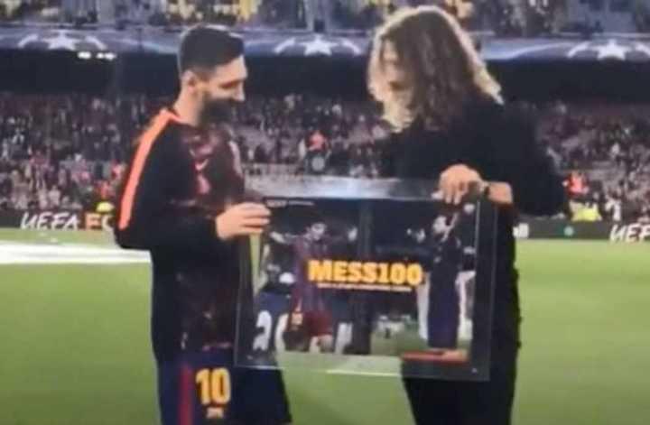 Messi recibió una plaqueta de manos de un símbolo