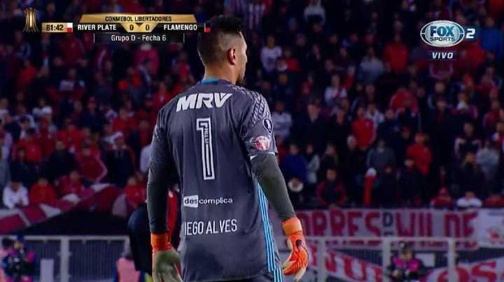 Alves se salvó del papelón
