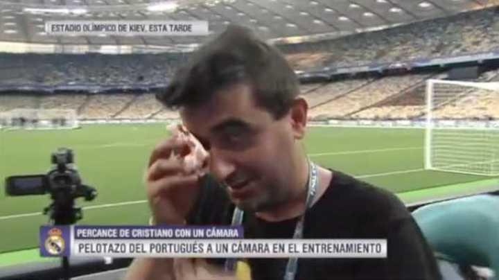 Ronaldo le pegó un pelotazo a un camarógrafo