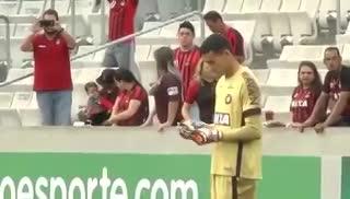 El arquero de Atlético Paranaense usó el celular en un partido