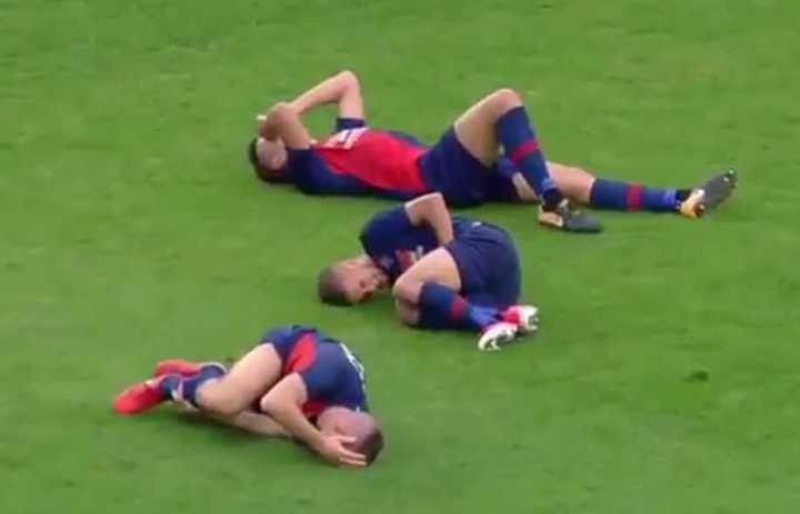 Jugada hace que tres futbolistas se lesionen