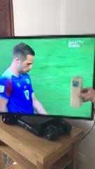 El argentino que le prende velas a la TV.