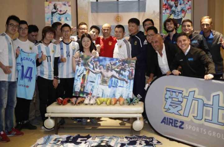 Mascherano en China con fans suyos y de Argentina