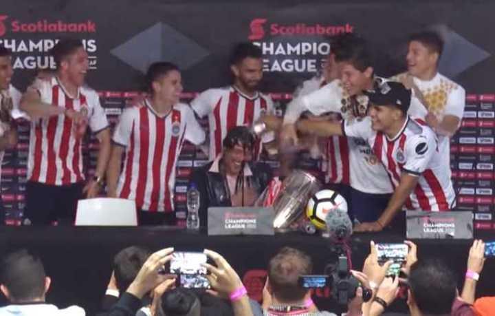 Así bañaron a Almeyda en plena conferencia de prensa