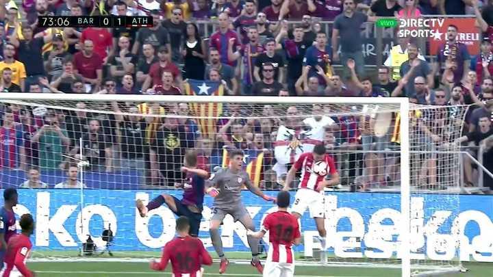 Messi probó de tiro libre pero se la sacaron en la línea