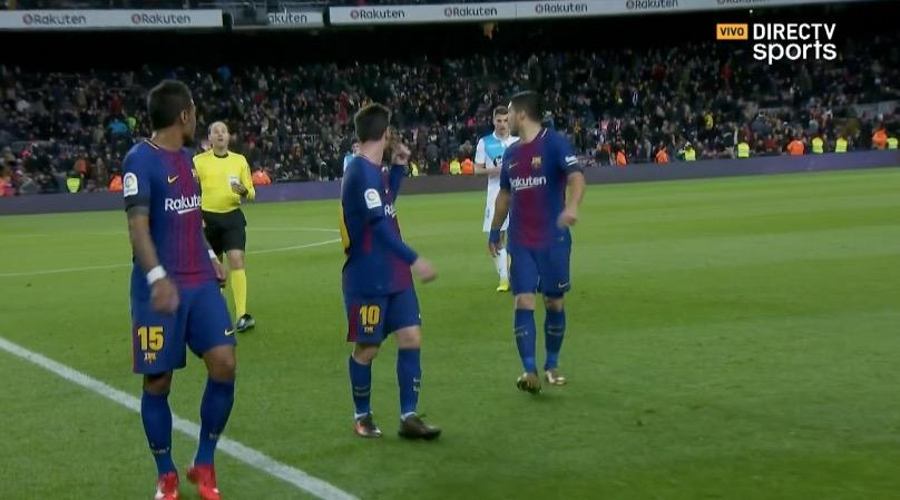 Suárez y Messi se fueron reclamándole al árbitro la del final