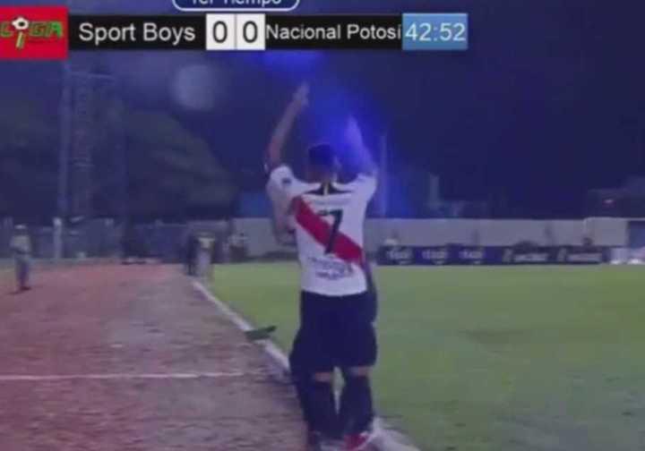 VIDEO: Ex técnico de Águila fue agredido por un futbolista en Bolivia