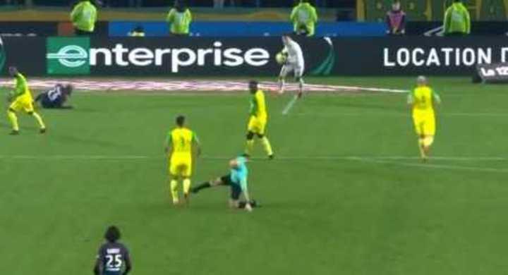 ¡El árbitro le tiró una patada y después lo expulsó por empujarlo!