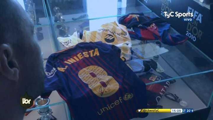 La camiseta que le regaló Iniesta en su último partido