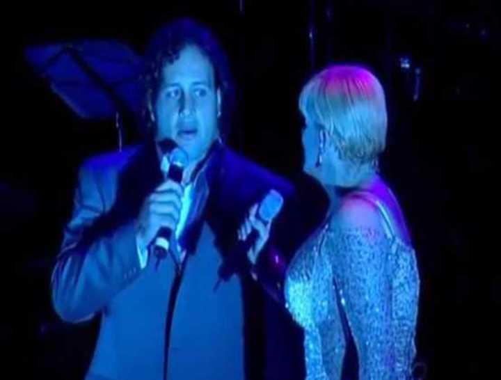 Omar Hasan cantando con Valeria Lynch