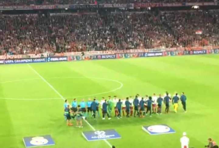 El canto de la Champions y el saludo entre jugadores