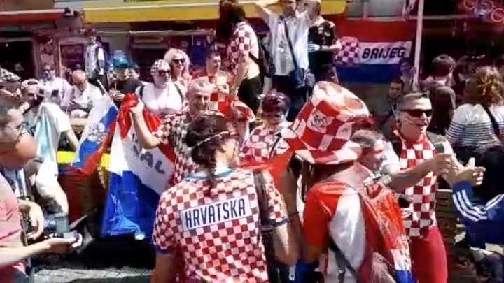 Hinchas croatas en la previa del partido con Argentina