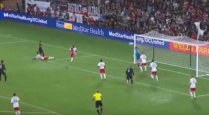 El gol de Luciano Acosta a New England