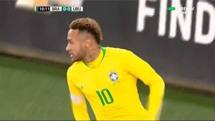 Le anularon un gol a Neymar