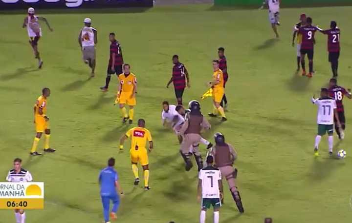 La torcida entró a pegarles a los jugadores