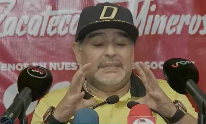 Maradona y sus problemas en las rodillas