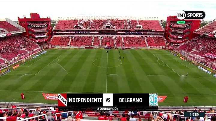 En Independiente regaron la cancha antes de empezar el partido