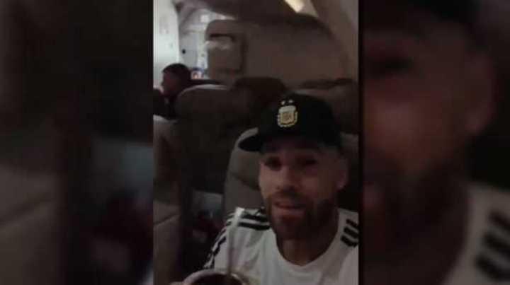 La Selección, a pura cumbia en el avión