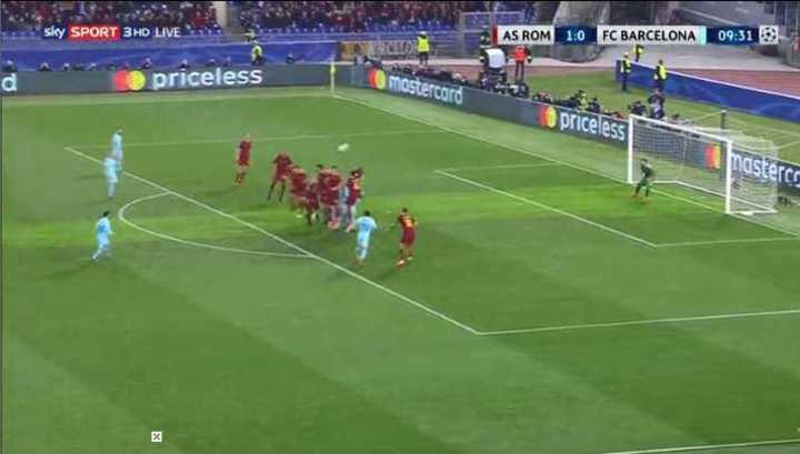 Tiro libre de Messi por arriba