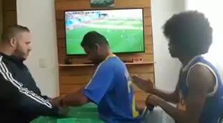 Hincha ciego y sordo vive los goles de Brasil con ayuda de intérpretes
