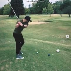Mora jugando al golf