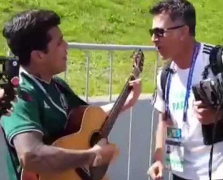 Osorio, DT de México, cantó una serenata