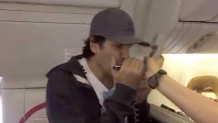 Ciro tocó el himno con la armónica en un avión