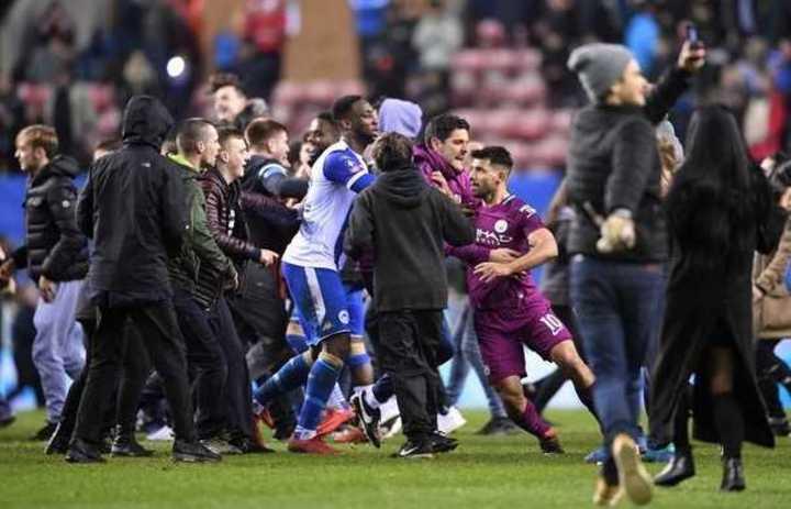 El Kun se fue a las manos con un hincha del Wigan