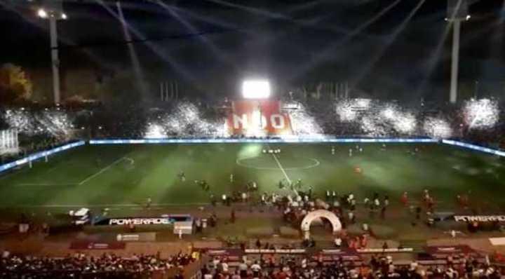 La salida de los equipos desde el estadio