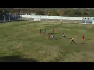 El árbitro cobró un penal insólito