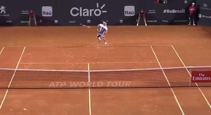 Fognini pierde su raqueta, pero aún así gana punto