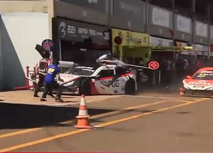 Terrible accidente en boxes