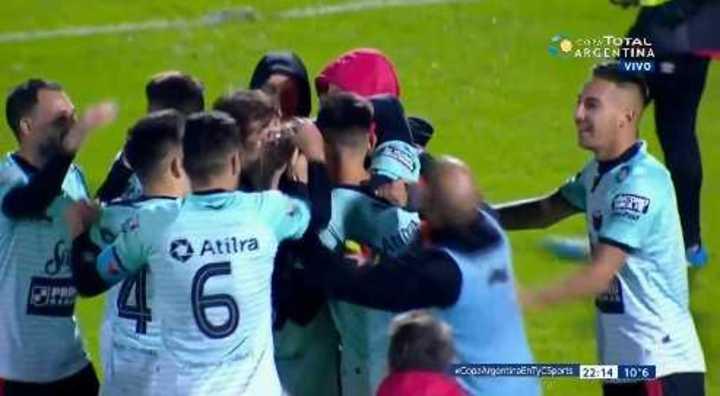 Colón pasó por penales frente a Morón