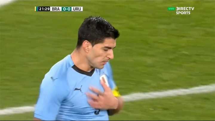 Casi la mete Suárez