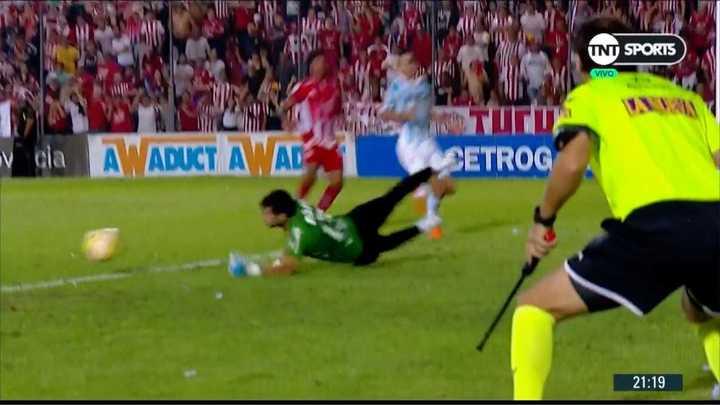Javi García tapó la última del primer tiempo