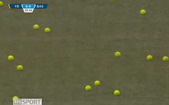 ¡Les tiraron pelotas de Tenis!