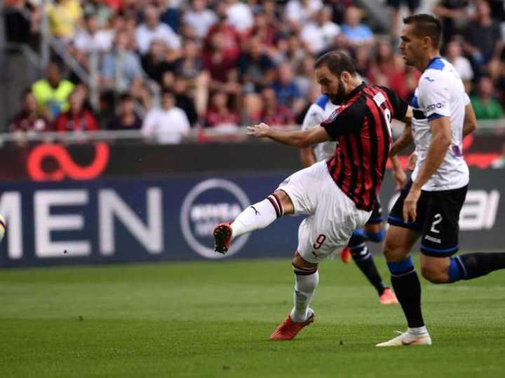 Volea y golazo de Higuain para el Milan ante Atalanta