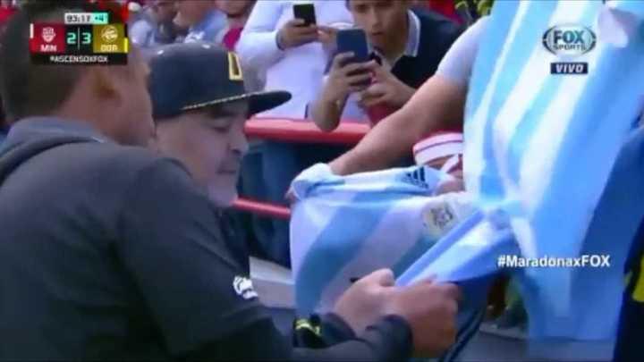 Diego firma autógrafos durante el partido