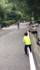 El tierno momento entre un ciclista y un niño.