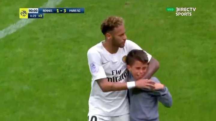 El gran gesto de Neymar con niño llorando que se quieren llevar cuatro policías