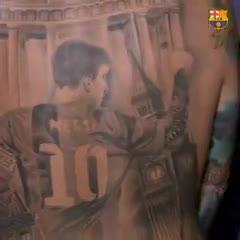 Messi le firmó un tatuaje gigante a un fan en su espalda
