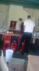 Scocco atendiendo el buffet de Hughes FC
