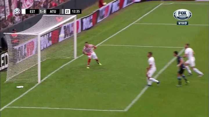 El travesaño evitó el gol del empate y Matos terminó desaprovechando el rebote