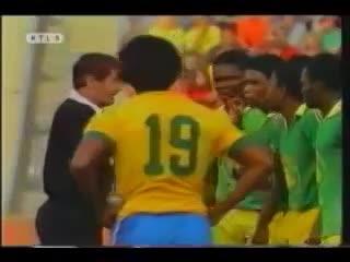 Tiro libre para Brasil, pero el defensor de Zaire la sacó antes del pitazo